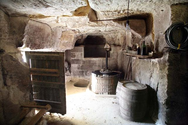 1cave_winery_door_press_loire
