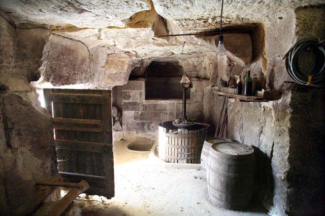 1cave_winery_door_press_loire