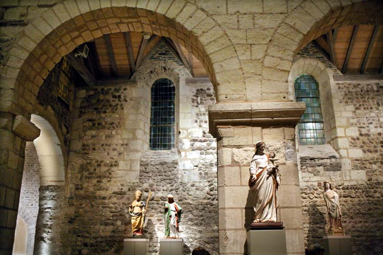 1angers_church_wine_saints_mary_statues