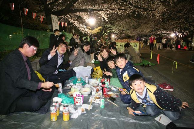1hanami_family_with_children_dining_nder_trees
