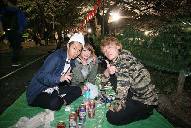 1hanami_3friends_side_alley_ueno_tokyo