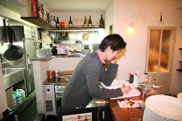 1le_verre_vole_tokyo_ryotaro_taking_reservations