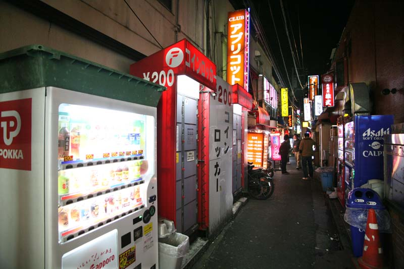 1kitasenju_tokyo_alley_vending_machines_night