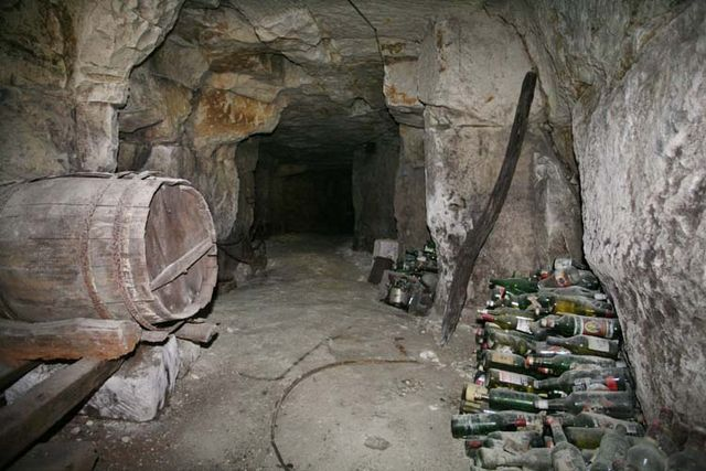 1cave_winery2_cask_bottles_dark_hole