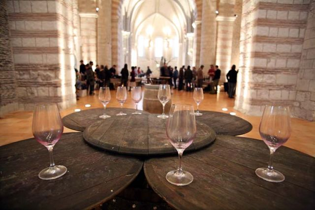 1vins_anonymes_empty_glasses_church