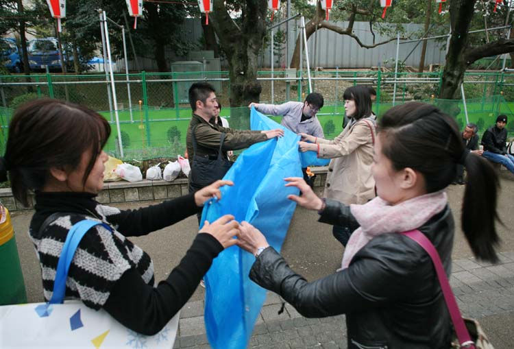 1hanami_cleaning_folding_plastic_sheet_tokyo