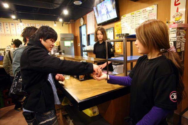 1Takioka3_tachinomi_okachimachi_paying