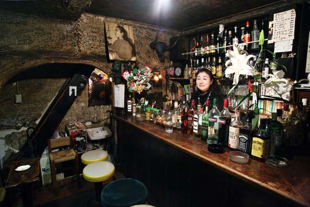 1golden_gai_nana_bar_counter