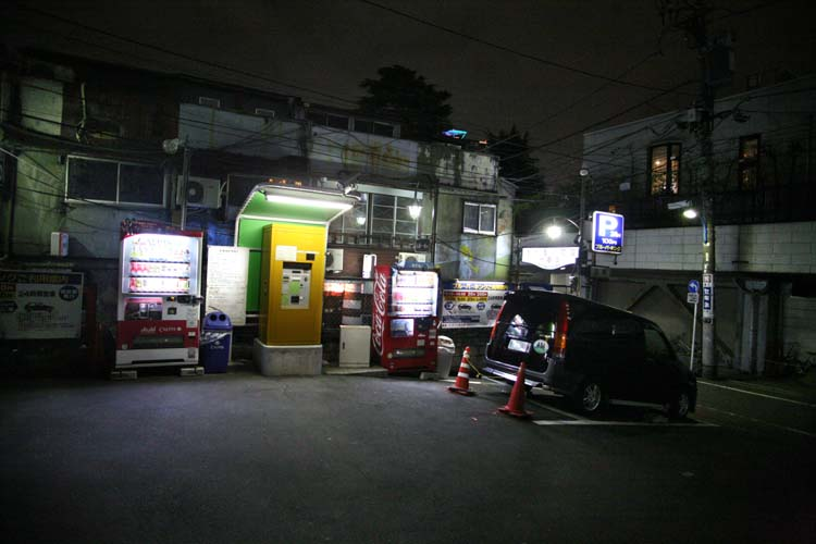 1golden_gai_shinjuku_parking_lot