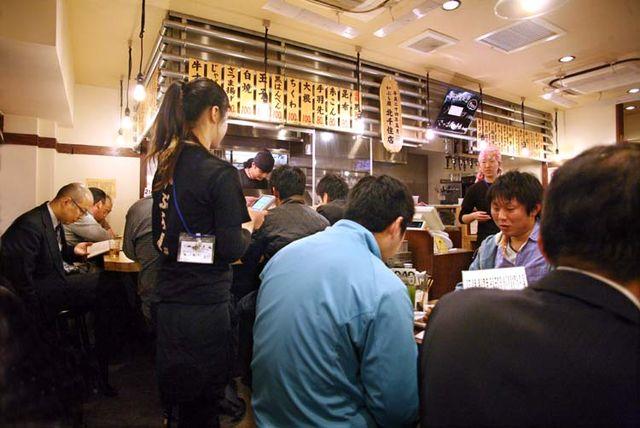 1kita-senju_tokyo_kaburaya_waitress_taking_orders