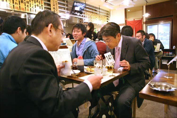 1kita-senju_tokyo_kaburaya_tables_patrons