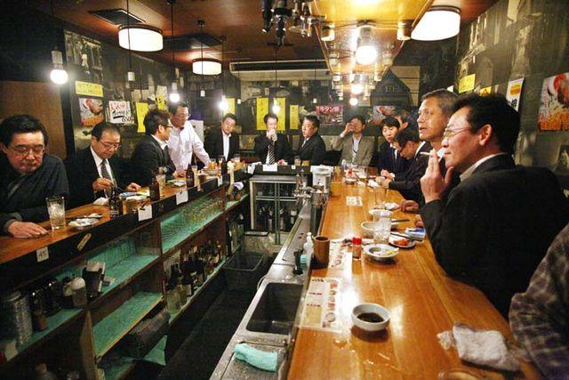 1Akihabara_tachinomi_niku-no-mansei_patrons_Tokyo