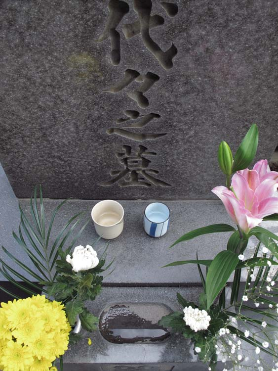 1yanaka_cemetery_sake_cups_grave