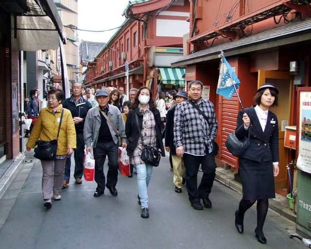 1asakusa_tourist_crowd_guide