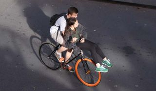 1canal_st_martin_bridge_couple_on_bicycle