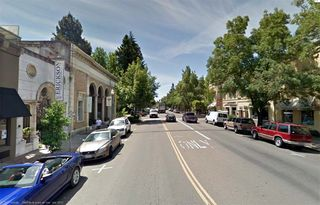 11healdsburg_Ave_downtown_california
