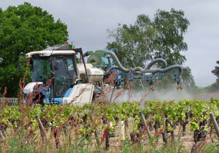 1muscadet_spraying_tractor