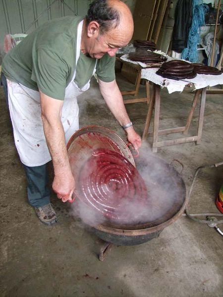 1boudin_noir_pouring_into_the_pot