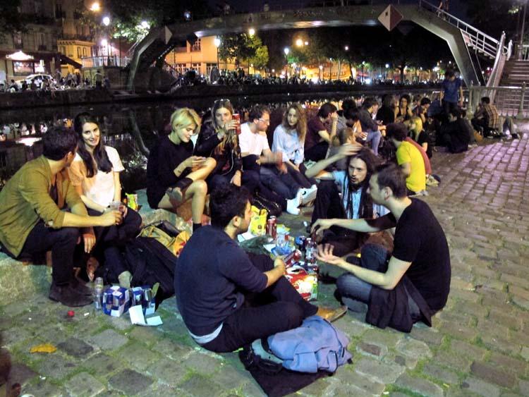 1paris_picnic_canal_st_martin_crowd_passerelle_alibert