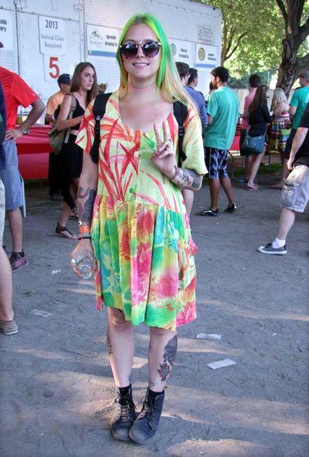 1portland_beer_festival_Vsign-girl