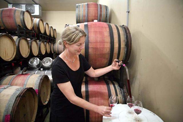 1kelley_fox_oregon_pouring_wine