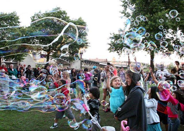 1portland_chasing_soap_bubbles_waterfront_park
