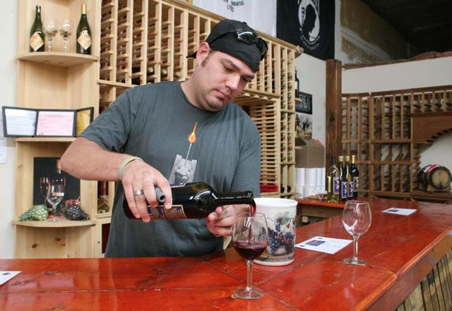 1valor_winery_kevin_pouring_zinfandel