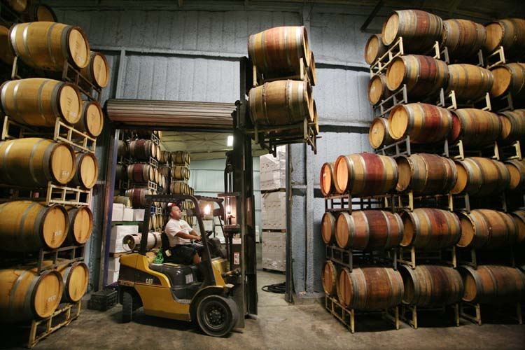 1aubonclimat_forklift_moving_barrels