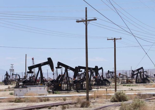 1US_petroleum_hwy_rigs_crowd2