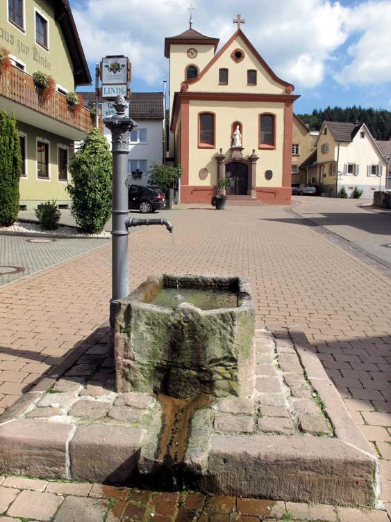1wallburg_brunnen_kirche