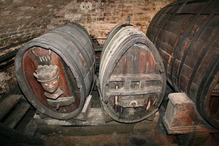 1cave_hospices_strasbourg_2very_old_barrels