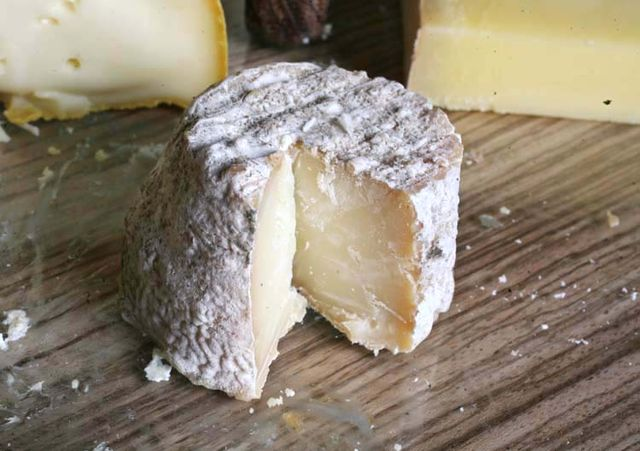 1abbaye_pierre_qui_vire_super-dry_goat-cheese