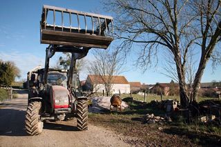 1epoisses_cheese_farm_hay_tractor
