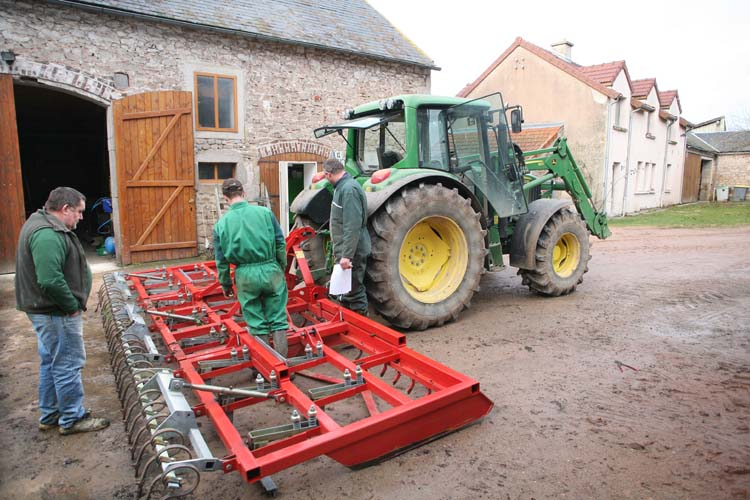 1abbaye_pierre_qui_vire_tracteur_herse