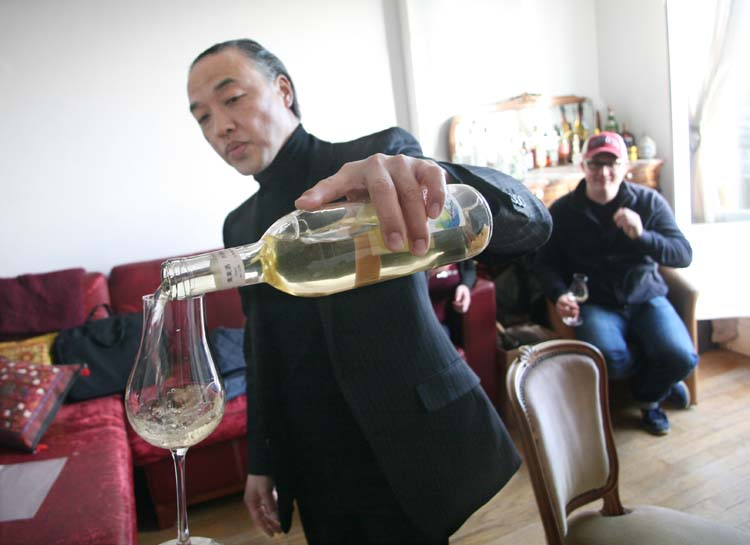 1japanese_wines_paris_kei_miyagawa_pouring_koshu