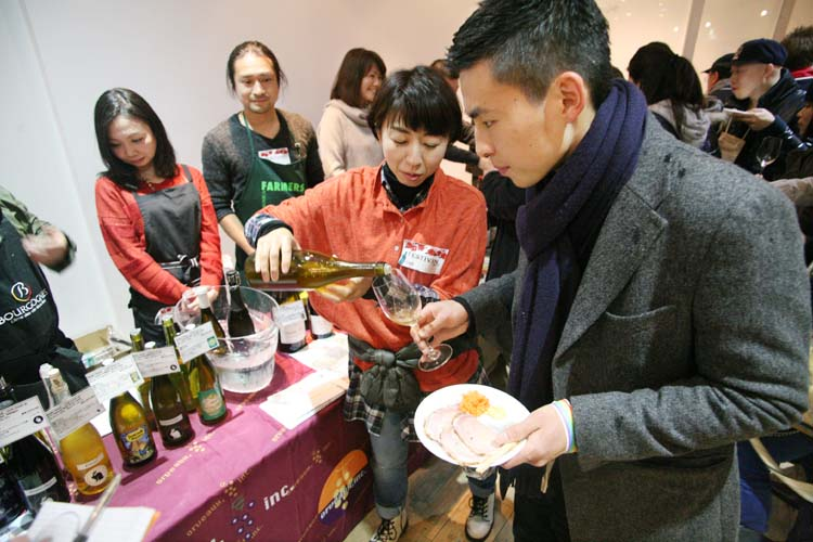 1festivin_tokyo2014_staff_pouring_white