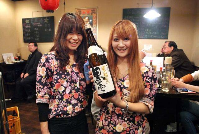 1izakaya_sui_kinshicho_waitresses_sake