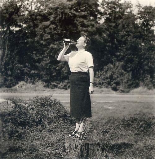 1femme_buvant_bouteille_sur_soucheest1952