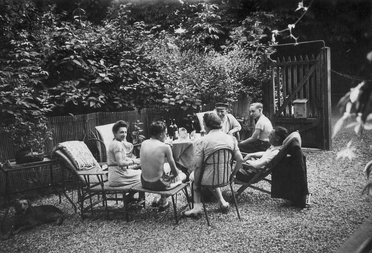 1famille_repas_dans_jardin_est1938