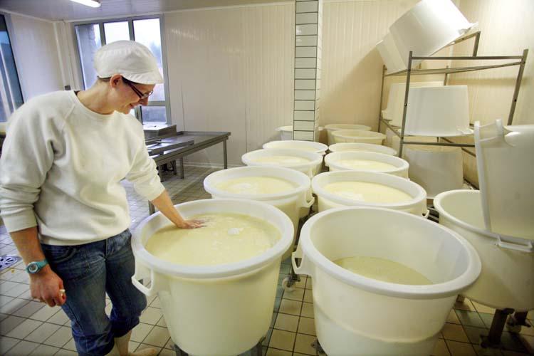 1abbaye_pierre_qui_vire_cheesemaker_charline