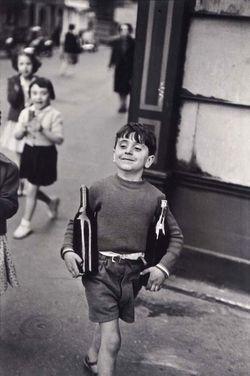 1gamin_portant_bouteilles_cartier-bresson