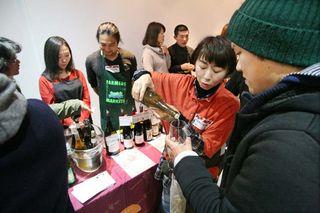 1festivin_tokyo2014_staff_pouring_white2