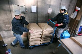 1shinkame_shuzo_rice_bags_cart