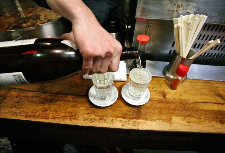 1shimokitazawa_tachinomi_sake_pours