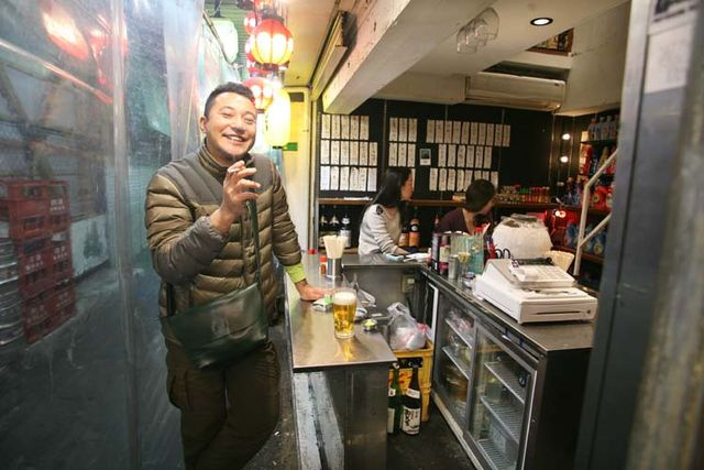 1shimokitazawa_tachinomi_guy_smoking_with_beer