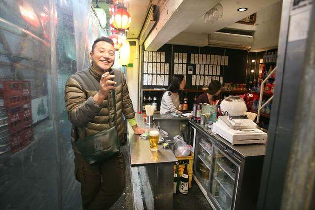 1shimokitazawa_tachinomi_guy_smoking_with_beer