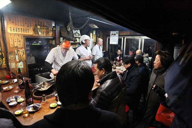 1shinjuku_piss_alley_red_stools_corner
