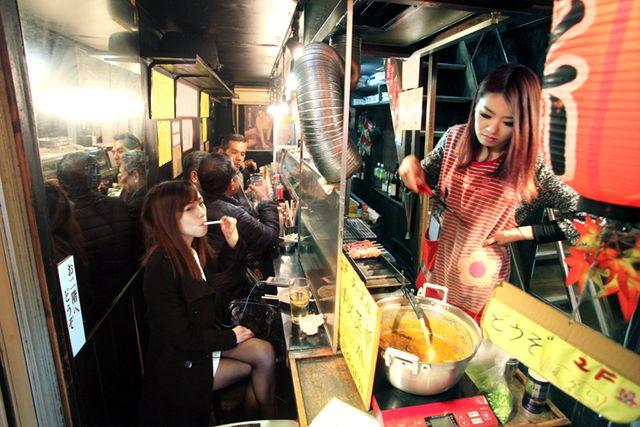 2shinjuku_piss_alley_oden_and_yakitoris_girl
