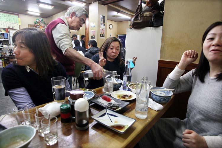 1yamadaya_oji_tokyo_busy_table