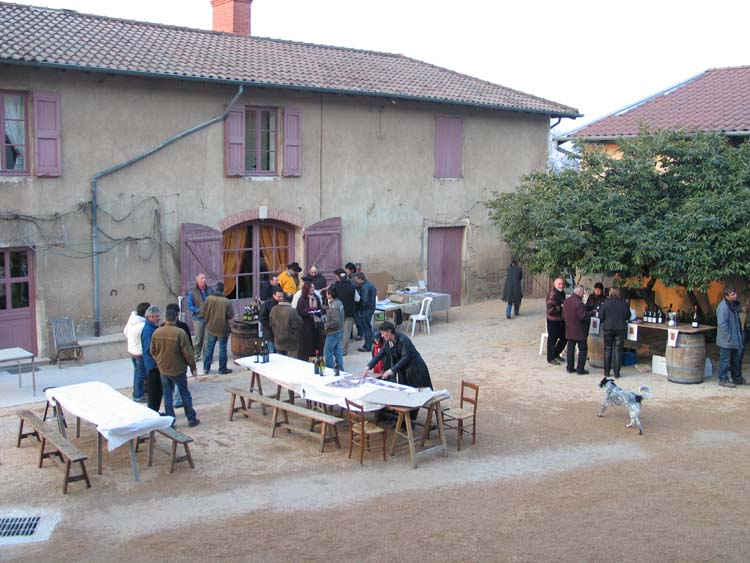 1beaujoloise2006_courtyard_tasting2